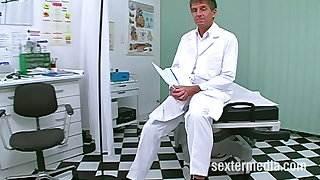 Perverser Doktor fickt anal Patientin auf Krankenschein