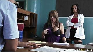 Big-tit brunette slut doctor Ava Addams rides patient&#039,s dick
